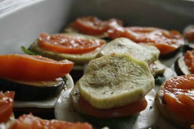 Milhojas de berenjena con tomate y queso de cabra