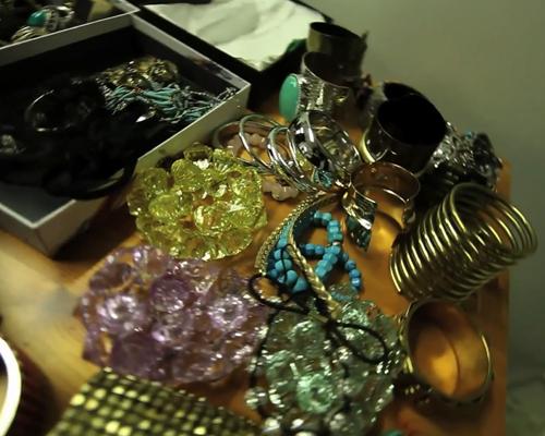 Zimány Linda 2012-ben fürdőruha fotózáshoz viselt kiegészítők: nyaklánc, karkötő, fülbevaló