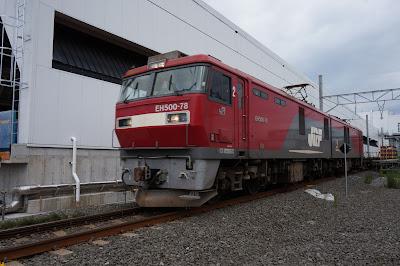 津軽今別駅を通過する函館方面へ向かうEH500系とコキ