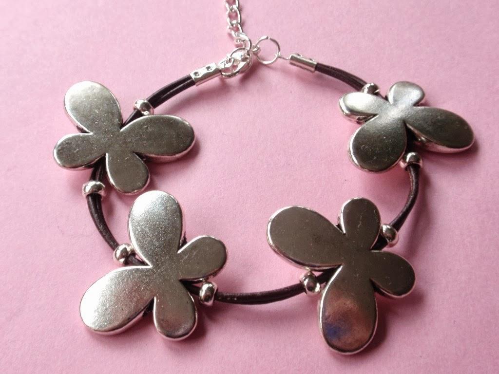 pulsera en cuero marrón con mariposas plateadas