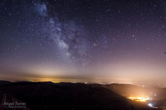 Manto de estrellas y Vía Láctea sobre Valdepeñas de Jaén. Al fondo la luz de Granada. Reserva Starlight.