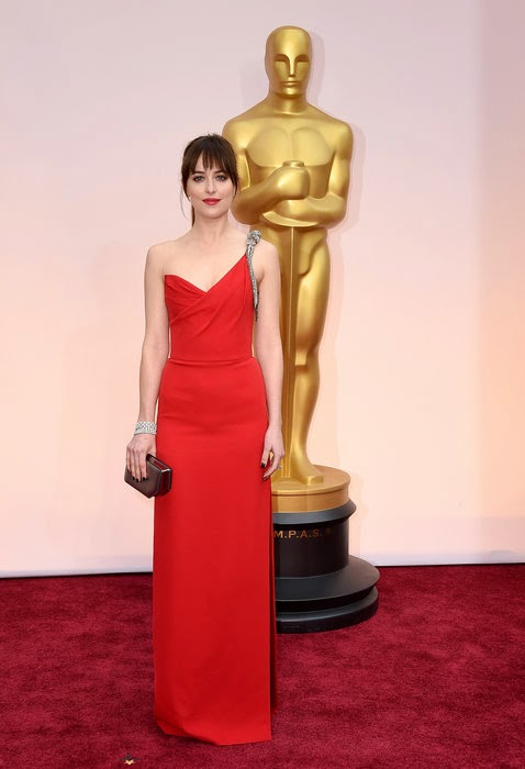 Perfect the balancing by always making her daughter to be the top priority, Melanie Griffith was got a pitch of greatest result.  Every day is a new day and the Oscar's 2015 red carpet at the Dolby Theater in Hollywood on Sunday, February 22, 2015, were telling about the truth.  Dakota Johnson and her mother looked positively stunning in their art of gown and they certainly didn't stop to share their bright smile for us.