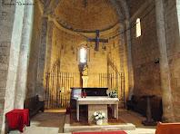 """Detall de l'interior de l'absis, amb l'altar, de l'església. Autor: Francesc """"Caminaire"""""""