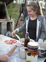 Molly che prepara la pizza da infornare