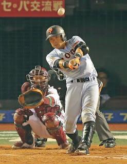 5回表巨人無死、左越えソロ本塁打を放つ相川。捕手小関(撮影・松本俊)