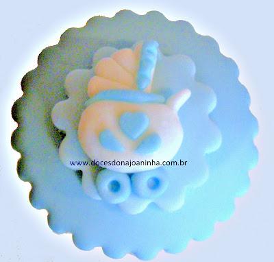 Cupcake para chá de bebê decorado com carrinho de bebê