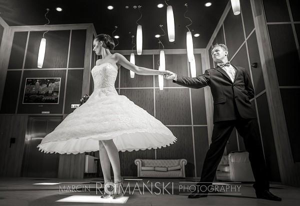 Koronkowa, krótka suknia ślubna