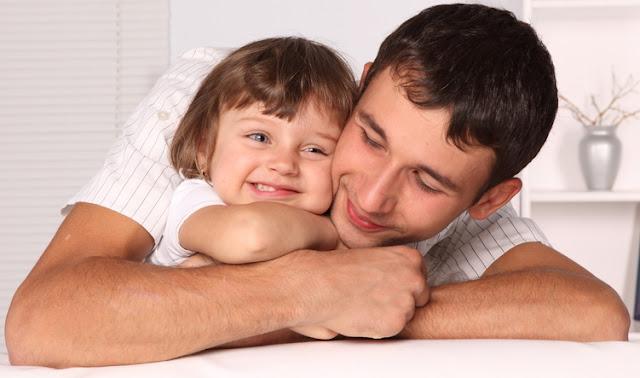 Jeune père et sa fille, partageant un moment de joie.