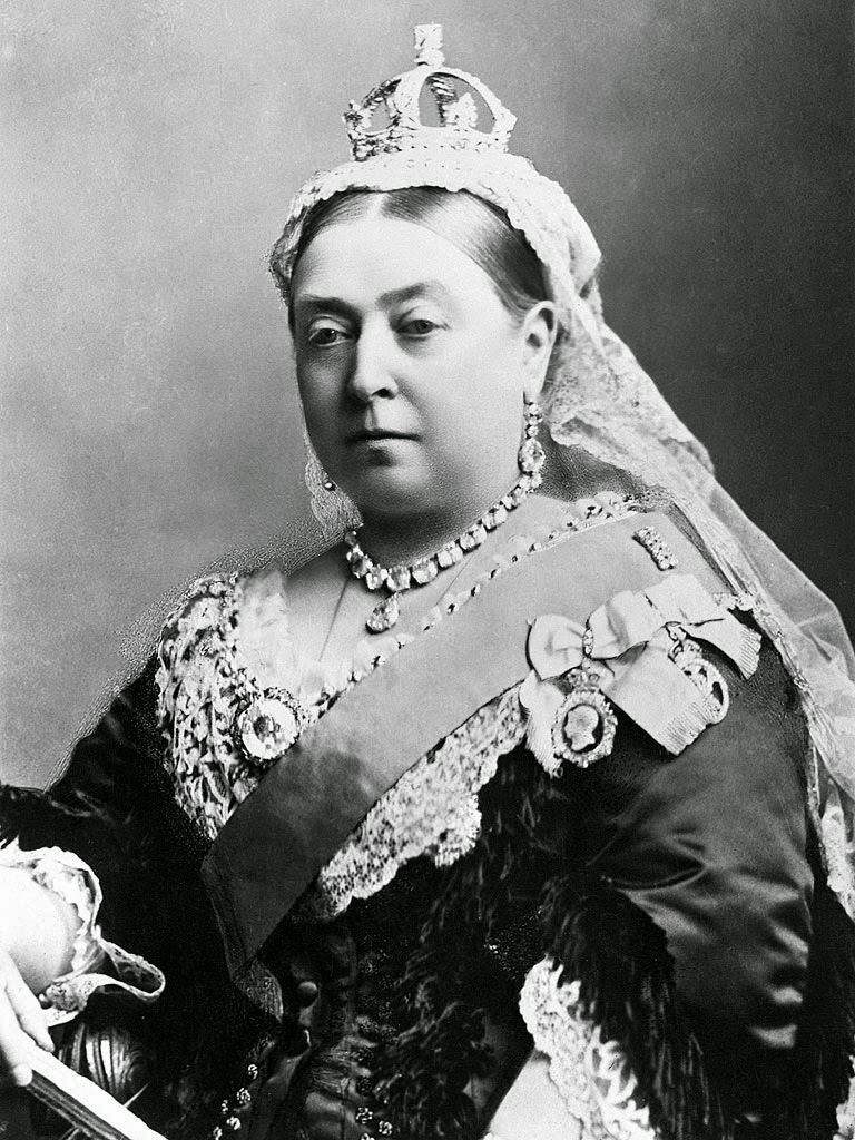 how tall is queen victoria