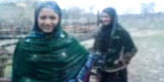 Dua gadis remaja, Noor Basra (15 tahun) dan Noor Sheza (16 tahun), ketika difilmkan sedang bermain dan menari di luar rumah mereka di Pakistan | Daily Mail