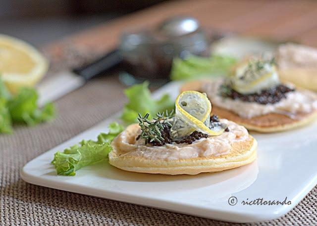 ricetta light Blini con mousse di salmone e uova di lompo