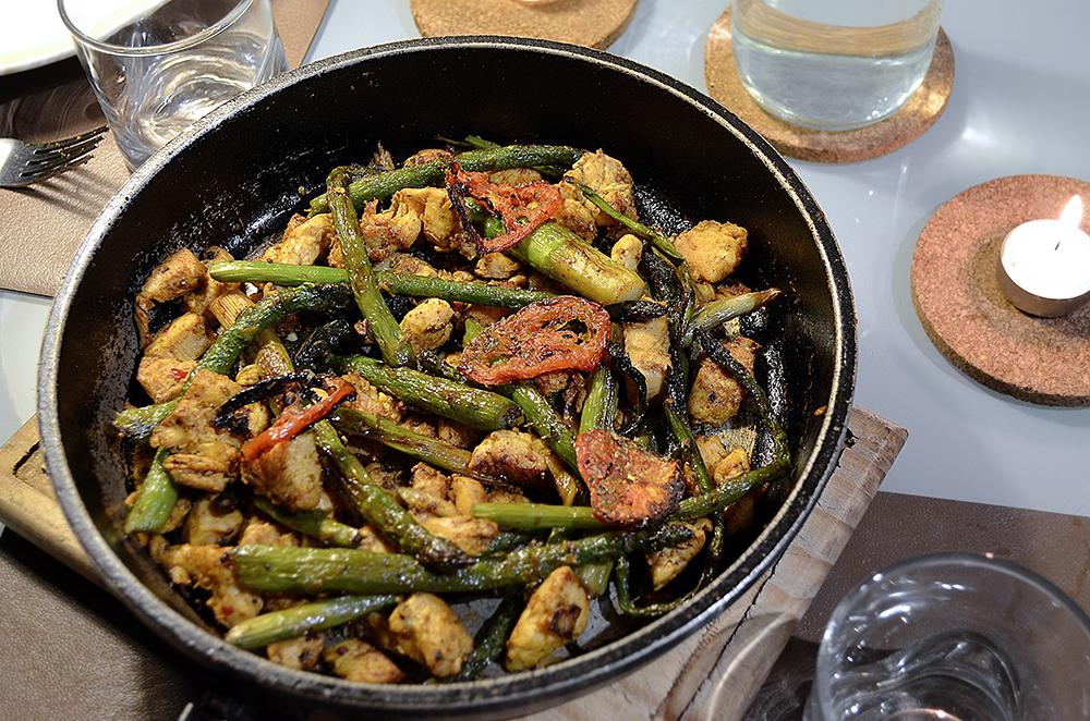 Receta de pollo al curry con esp rragos salteados y for Cocinar esparragos