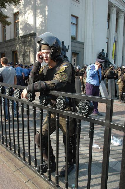 Фото Виталия Бабенко: нацгвардеец разговаривает по телефону