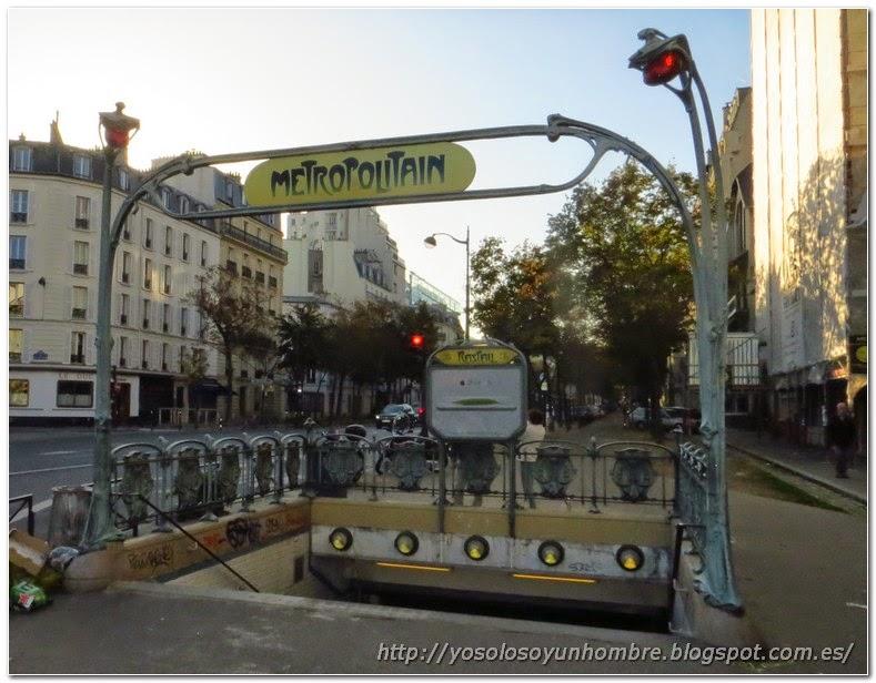 Boca de Metro parisina, parece de la familia Adams
