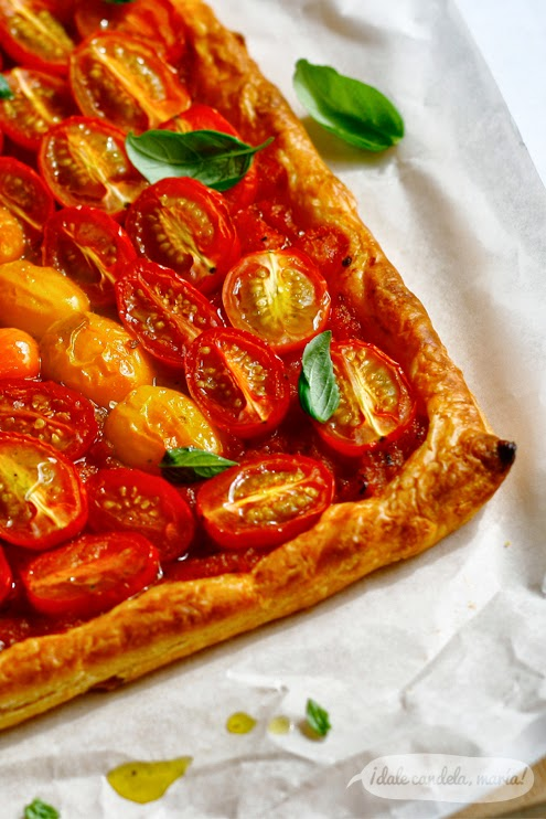 Detall de hojaldre con tomates cherry y aliño de albahaca