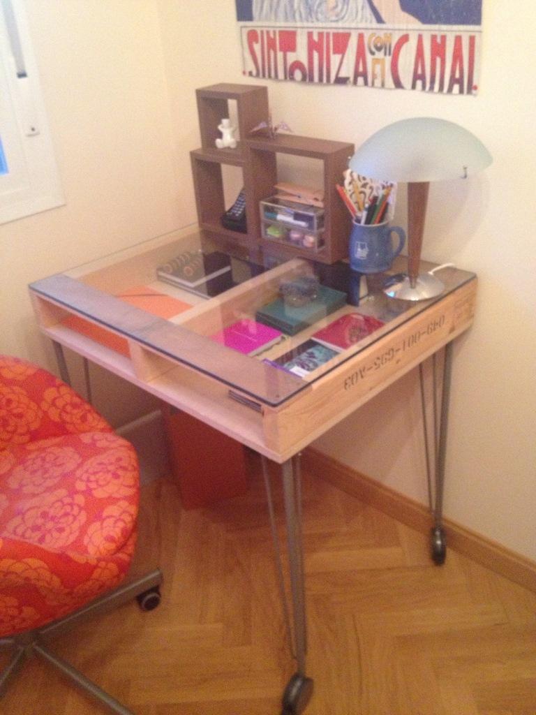 Diy c mo hacer una mesa de estudio industrial con un palet por teresa - Mesas de estudio de cristal ...