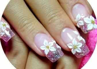 Este hermoso diseño de uñas color violetas con flores blanca esta genial para una fiesta, es un poco complicado realizar las flores pero vale la pena hacer