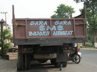 Gambar Cewek Seksi dan Tulisan Lucu di Bak Truck