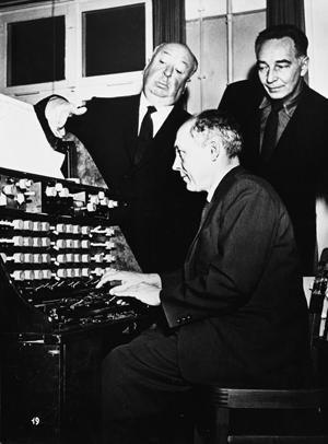 Oskar Sala en los estudios de Mars Film realizando una demostración de las capacidades del Mixturtrautonium al director Alfred Hitchcock en presencia de Remi Gassmann