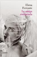 """Con La amiga estupenda, Elena Ferrante inaugura una trilogía deslumbrante que tiene como telón de fondo la ciudad de Nápoles a mediados del siglo pasado y como protagonistas a Nanú y Lila, dosjóvenes mujeres que están aprendiendo a gobernar su vida en un entorno donde la astucia, antes que la inteligencia, es el ingredient e de todas las salsas.La relación a menudo tempestuosa entre Lila y Nanú tiene a su alrededor un coro de voces que dan cuerpo a su historia y nos muestran la realidad de un barrio pobre, habitado por gente humilde que acata sin más la ley del más fuerte, pero La amiga estupenda es mucho más que un trabajo de realismo social: lo que aquí tenemos son unos personajes de carne y hueso, que intrigan al lector y nos deslumbran por la fuerza y la urgencia de sus emociones.Por primera vez Ferrante aborda una narración muy amplia, poniendo en escena un verdadero tableau vivant donde no hay espacio para el tópico: todo es vida y todo respira al hilo de la mejor literatura.""""El reto para quien escribe es llenar la distancia entre lo que vives y lo que cuentas, sentir físicamente el impacto de la narración, acercar el pasado de las personas a las que hemos querido, de las vidas ajenas tal como las hemos observado...Una historia, para tener forma, tiene que cruzar muchas barreras. A menudo, empezamos a escribir demasiado pronto, y las páginas aun están frías. Solo cuando la historia se acopla a nosotros como un guante, ha llegado el momento de contarla."""