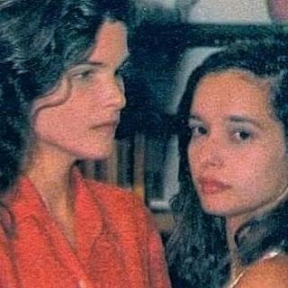 """As duas atrizes contracenaram juntas na novela """"De Corpo e Alma"""" (Globo) em 1992, escrita pela mãe de Daniella, Glória Perez. A foto, por sinal, é dos bastidores da novela. Para surpresa de alguns, após algumas horas, Cristina misteriosamente apagou a publicação em homenagem a amiga."""