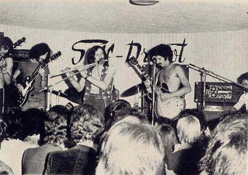 """""""Alan Jack Civilization"""" foi um grupo de blues rock formado na frança em 1969 por """"Alan Jack (Jack Braud), só lançou um único álbum em 1969 pelo selo BYG records, chamado """"Bluesy Mind"""". Esse álbum foi re-lançado em CD em 1997 pelo selo Spalax music. Pouca informação sobre os caras se acha por aí. Lançaram também em 1969 como single as canções """"Shame on You"""" e """"Baby Don't You Come Back Home"""" e seu som é um blues psicodélico com uma pegada bem acid-rock. Guitarra fuzz constratando com sons aveludados de piano, gaita detonando em algumas faixas e aqueles boogies empolgantes típico das melhores blues-bands do período. A banda participou do cast do """"Amougies Pop and Jazz Festival"""", que rolou em 1969 na Bélgica ao lado de nomes como """"Soft Machine"""", """"Pretty Things"""", """"Colosseum"""" e """"Yes"""". Destaque para a faixa """"Some People"""" and """"The Way to the Hells"""", com um riff rasgado e quente. Infelizmente a banda se desfez em 1970, """"Alan Jack"""" (Jack Braud) também tocou em bandas como, """"Les Gentlemen"""", """"Alan Jack Group"""", """"Zig-Zag"""", """"Alan-Jack Mutation"""", """"Magnum"""", """"Alan Jack And The Nordett's"""" da esquerda pra direita - Jean Fallisard (bateria, percussão, vocais) - Richard Fontaine (baixo, vocais) - Claude Olmos (guitarra, vocais) - Alan Jack (teclados, vocais)e """"Alan Jack Post-Civilization"""". Porrada na mulera, recomendo."""