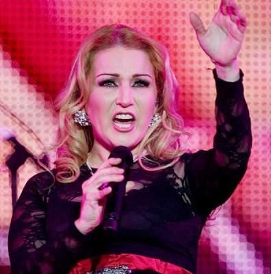 Alicia Villarreal cantando