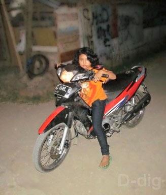 Menuntun dengan duduk di motor - Tips Mengendalikan Keseimbangan Beban Motor Pemula Terutama Wanita