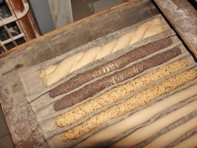 Frans brood; zogenaamde vlecht en lange dunne met maanzaad en met sesam