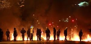 Un grupo de manifestantes bloquean una avenida de Santiago al inicio de la huelga general