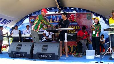 Di akhir acara, ada pembagian doorprize. Ini dia peserta yang mendapatkan sepeda motor sebagai hadiah utamanya.