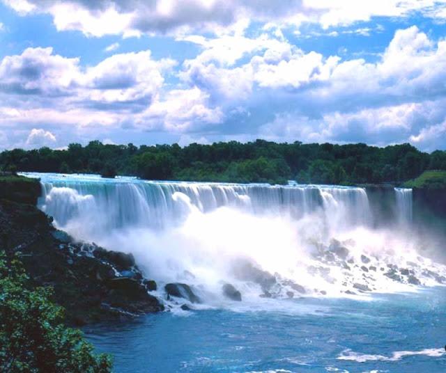 Il fiume niagara durante il suo corso, dopo la grand island, è