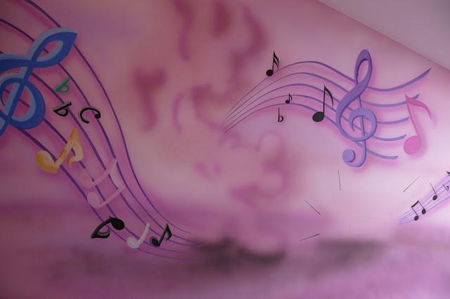 Malowanie obrazu na ścianie w pokoju dziewczynki, aranżacja ściany w bajkowy motyw, Warszawa.