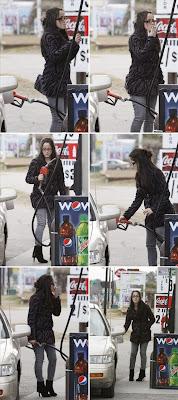 mujer fumando en la estacion gasolinera grifo