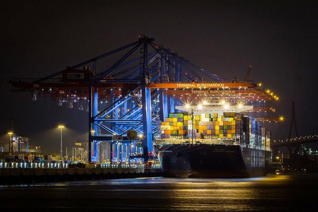 Die CMA CGM Alexander von Humboldt am Containerterminal