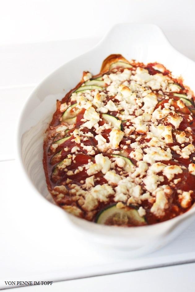 Zucchini-Gratin mit Tomatensauce und Schafskäse