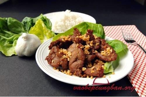 Món thịt heo chiên tỏi thơm nức mũi dễ làm