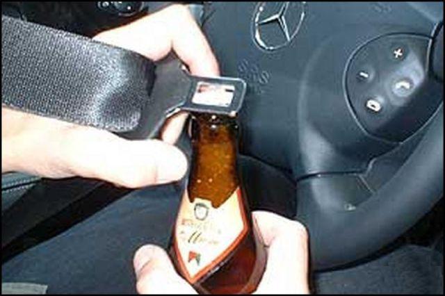 Abrindo cerveja dentro do carro
