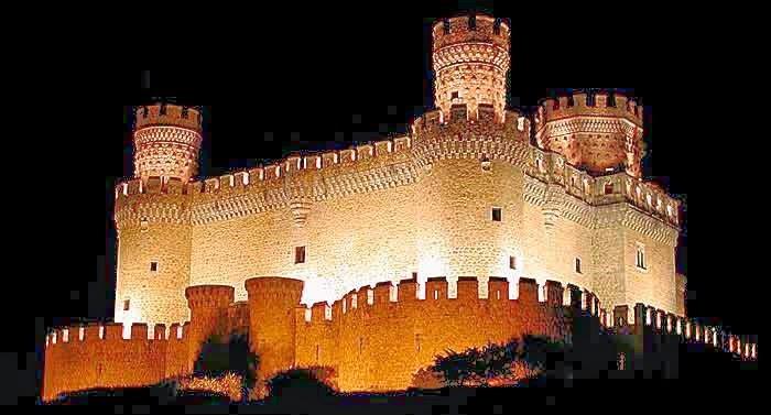 Castillo de los Mendoza de Noche, Guía de Manzanares el Real, Tu Maleta.