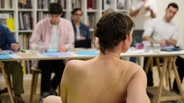 Vất vả tủi thân với nghề làm người mẫu nude 10