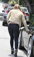 Hilary Duff locking her car door