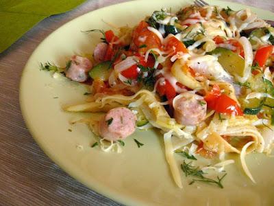 Makaron z warzywami i białą kiełbasą