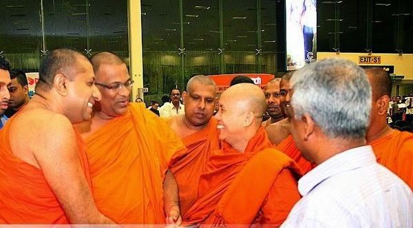 Biksu Sri Lanka Dampingi Muslim Saat Shalat Jumat