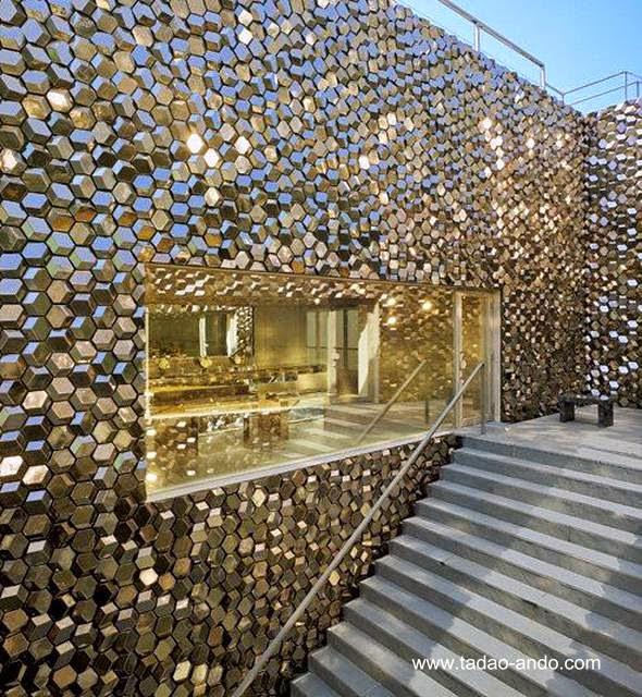 Fachadas brillantes en una casa contemporánea de Tokio con piezas cerámicas