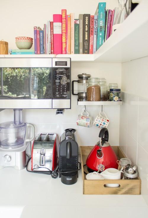 Estanterías con libros en la cocina