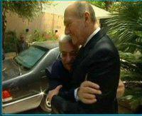 صورة لمحمود عباس يحضن أولمرت!