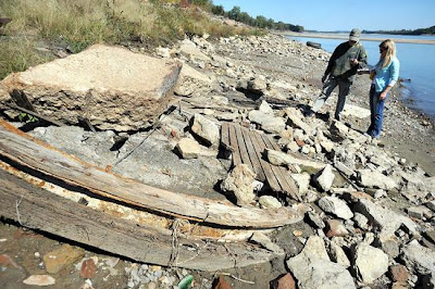 Low Mississippi River exposes shipwreck
