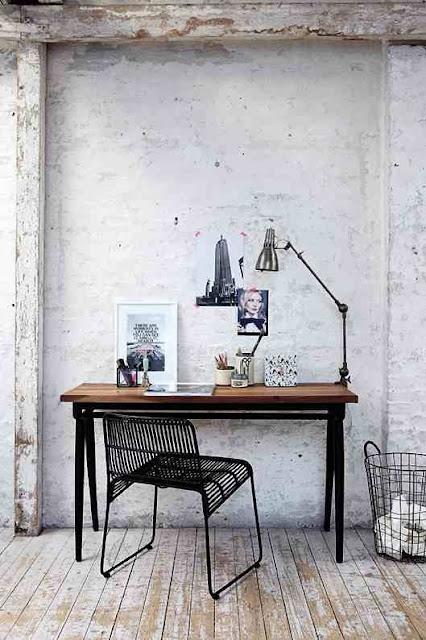 Druciany kosz, Czarne druciane krzesło przy prostym biurku - ascetyczne miejsce do pracy