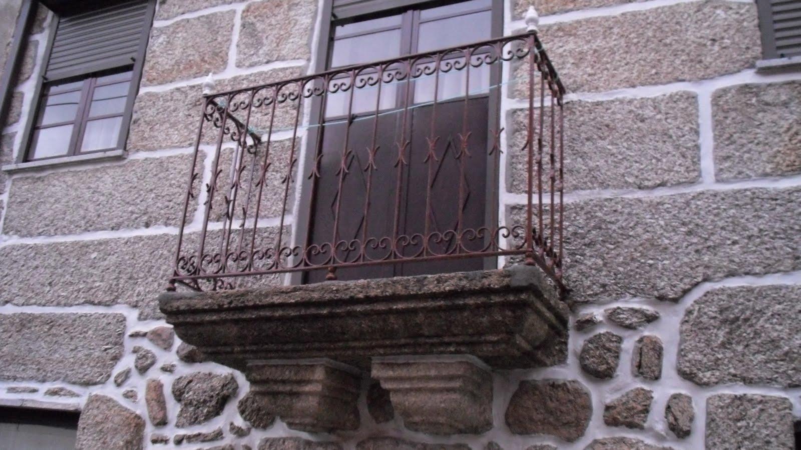 #5D5378 Sacada com grade em ferro suportada por cachorros e peças brancas 1818 Janela De Aluminio Pode Ser Pintada De Branco