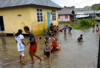 keceriaan di saat banjir